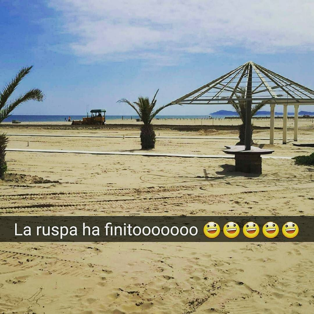 Ci siamo quasi la #ruspa ha finito di spianare tra un pò arriva una delle fatiche più grosse #metteregiùipaletti #zaffiro76 #Rimini #spiaggia #mare #sole #snapchat #bagnina by bagnozaffirorimini