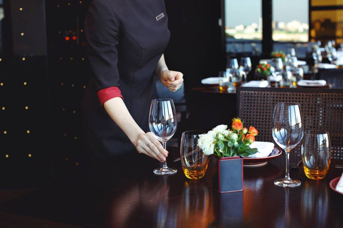 Cra cracks down on undeclared tips for restaurant and bar