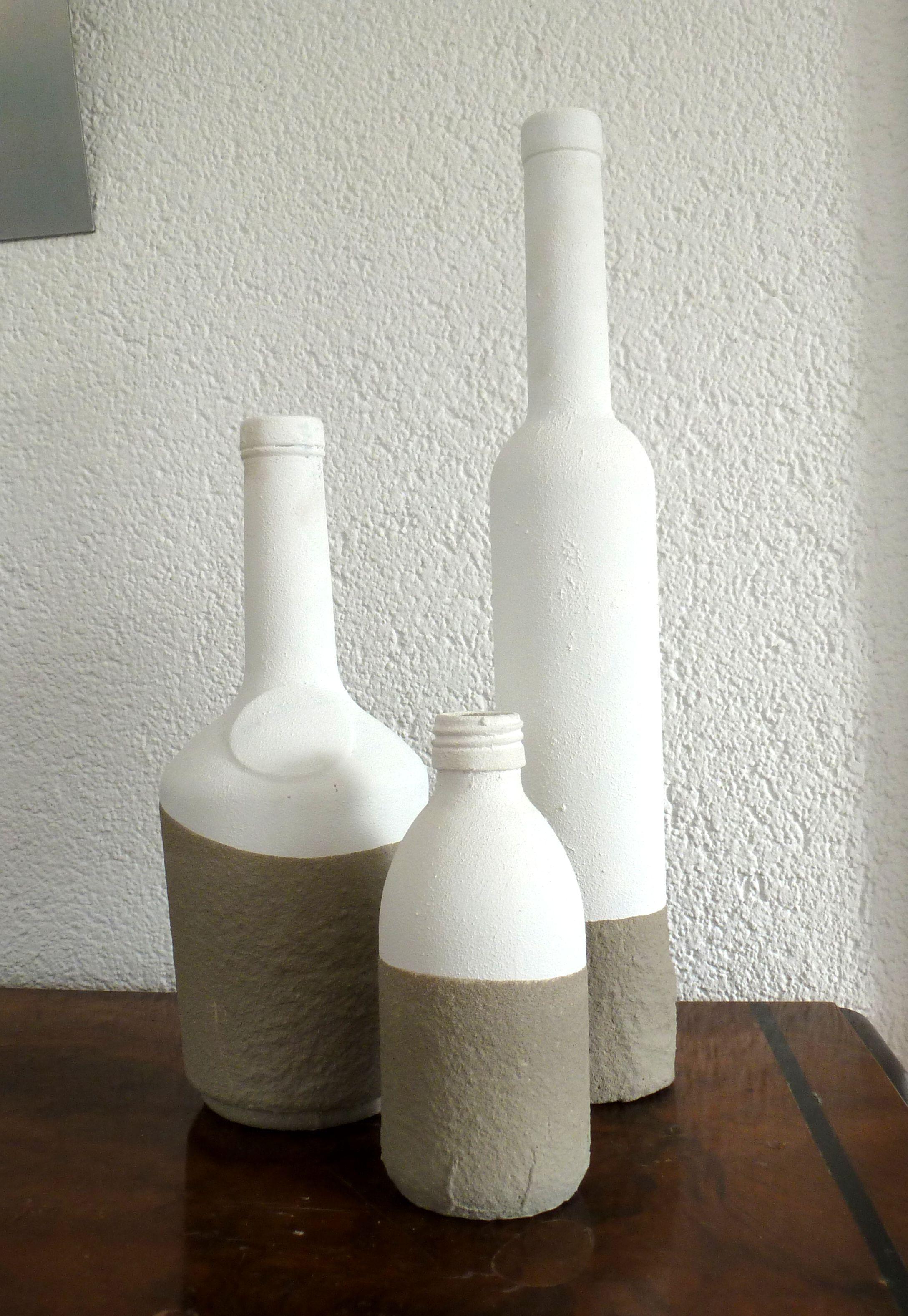 beton dip-dye: die flaschen sind zunächst weiß bemalt (gesso mit