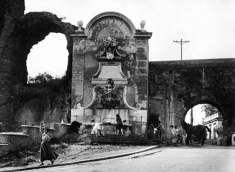 Aqueduc - rue Mandrione - Rome - 1957 © William KLEIN