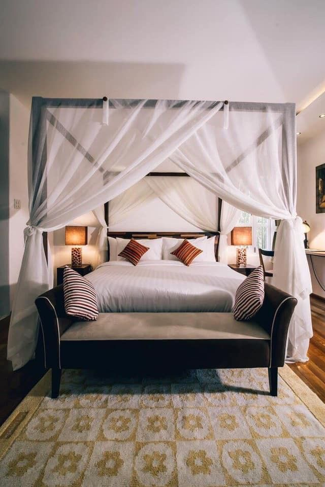 4-post Bed With Mosquito Net