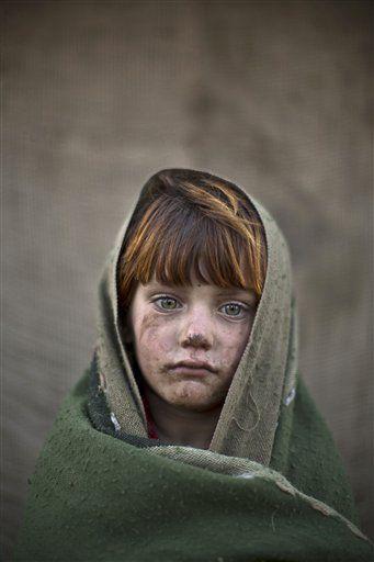 Nesta sexta-feira, 24 de janeiro, 2014 foto, menina refugiada afegã, laiba Hazrat, 6, posa para uma foto, enquanto brincava com outras crianças em uma favela nos arredores de Islamabad, Paquistão.  Por mais de três décadas, o Paquistão foi o lar de uma das maiores comunidades de refugiados do mundo: centenas de milhares de afegãos que fugiram das guerras repetidas e lutar contra seu país sofreu.  Desde 2002 a invasão norte-americana do Afeganistão, cerca de 3,8 milhões de afegãos retornaram…