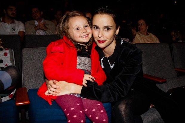 b0cf703f1 Ela cresceu! Em foto rara, Débora Falabella posa com a filha Nina ...