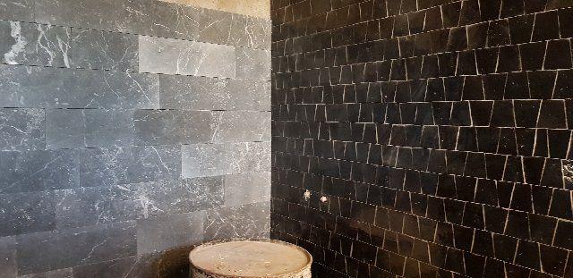 Salle de bain en zellige noir et marbre gris antique. | les ...