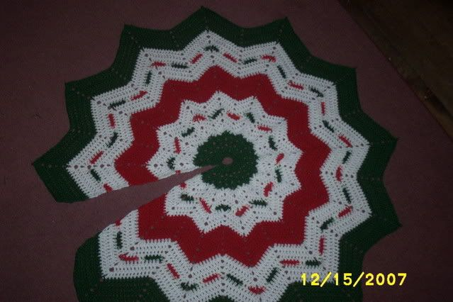 Free pattern for this tree skirt at http://www.crochetville.org ...