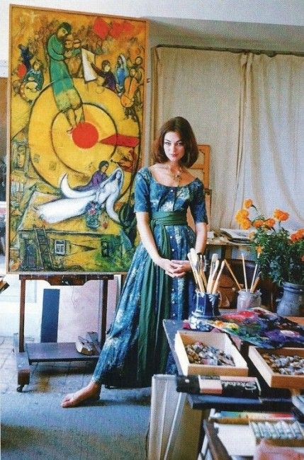 Ivy Nicholson wearing Claire McCardells´s dress printed by Chagall. She is in his studio at Vence (France)