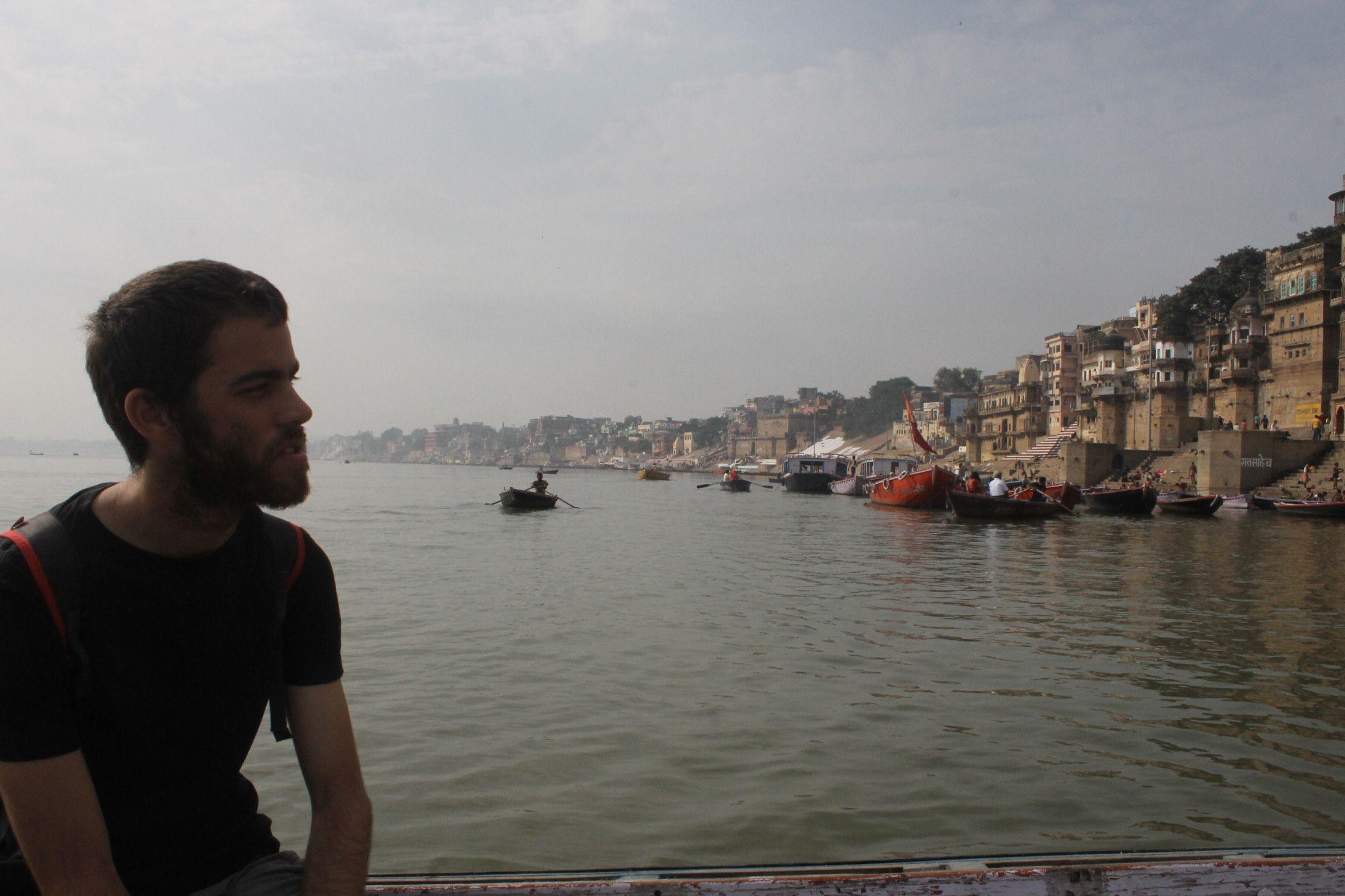 Dani en la barca cruzando el Ganges