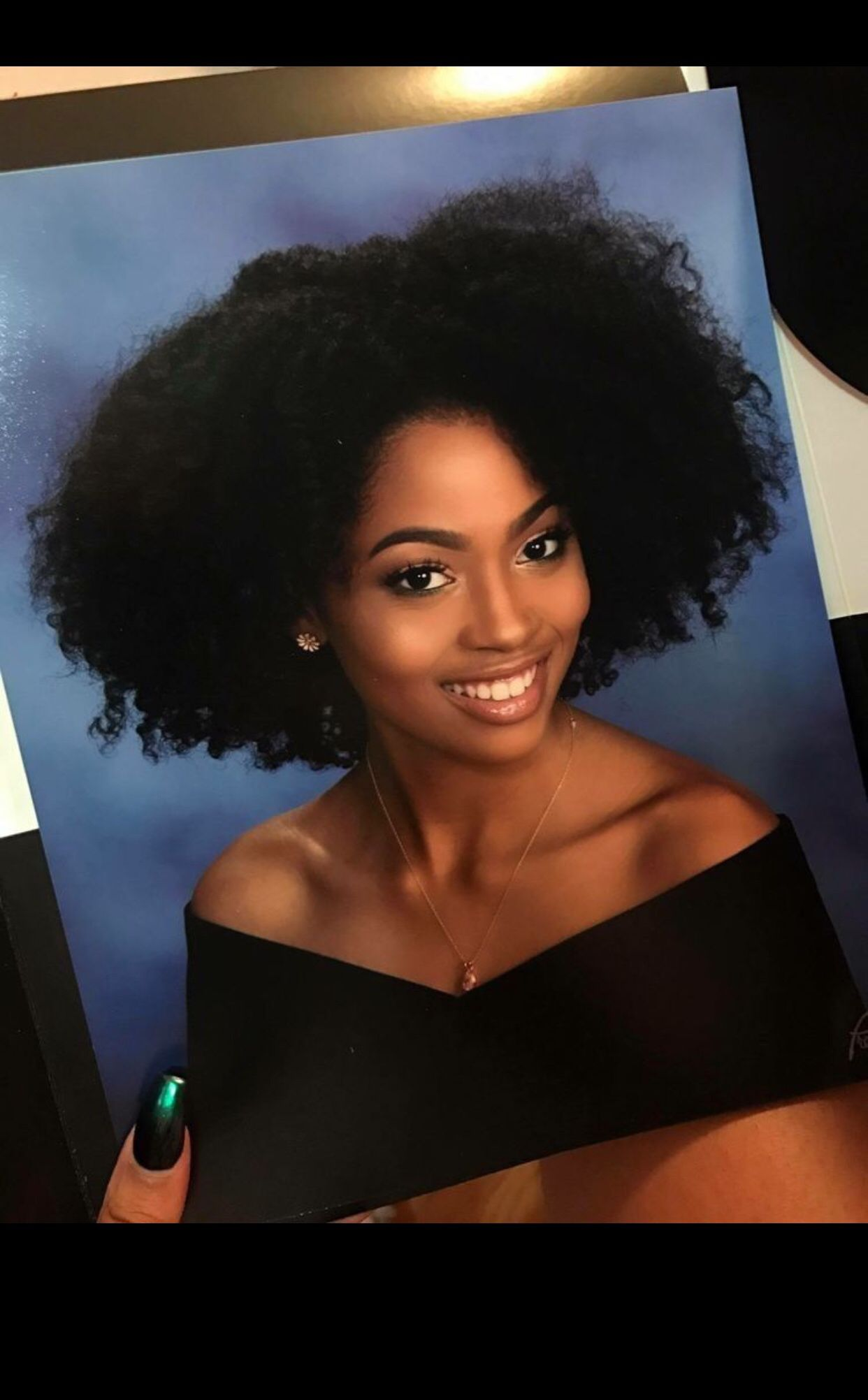 Curly Hairstyles 3b Curly Hairstyles Pics Curly Hairstyles Mens 2019 Curly Hairc In 2020 Senior Pictures Hairstyles Senior Picture Makeup Senior Portraits Yearbook