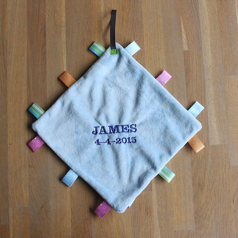 Blauw Labeldoekje met naam en geboortedatum | lettertype stoer | bestel op www.stixels-gifts.nl