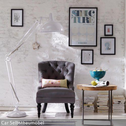 Weiße Stehleuchte und grauer Lounge-Sessel im modernen Wohnzimmer