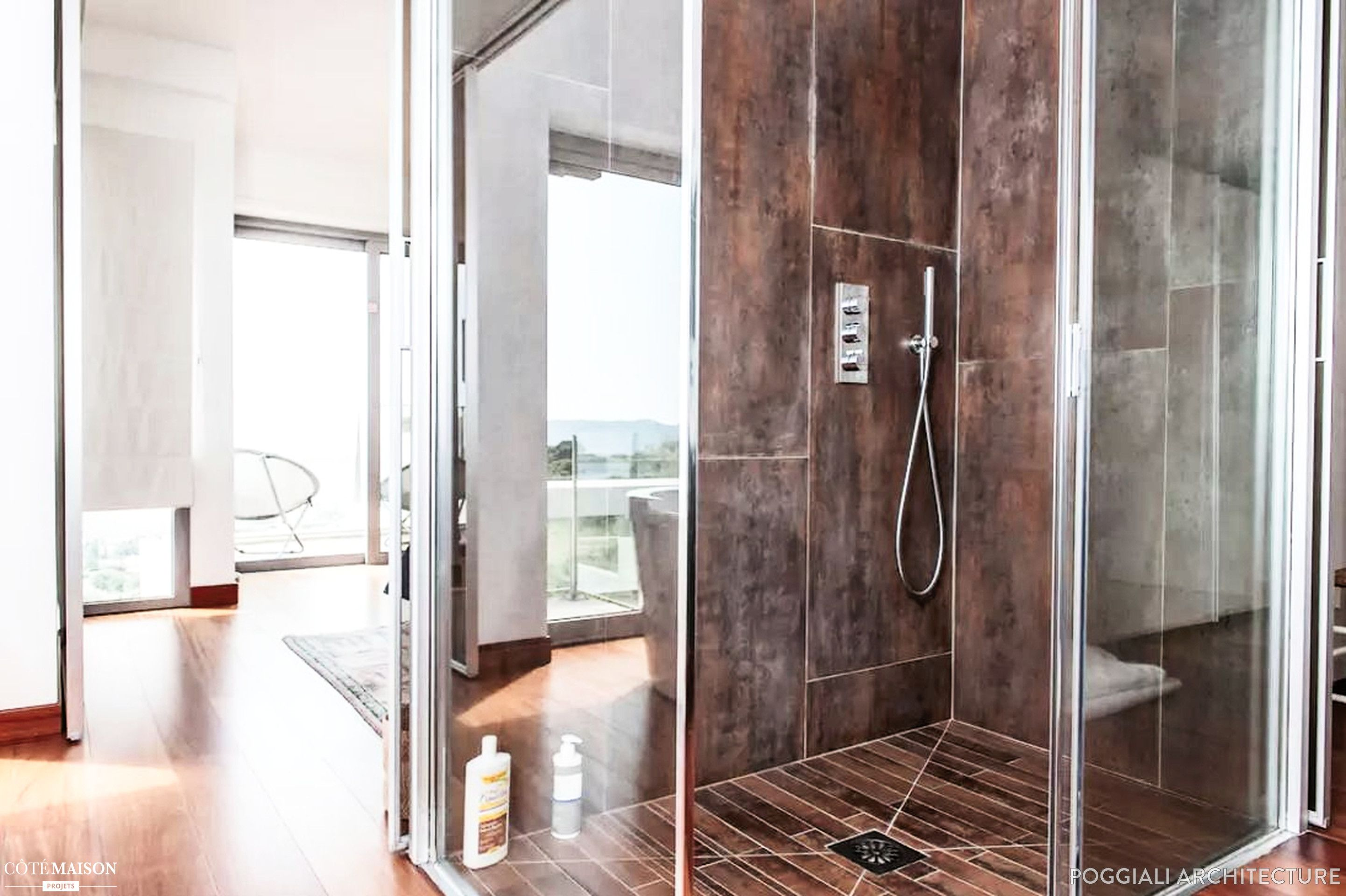 Douche en carrelage effet metal dans une salle de bain sol effet ...
