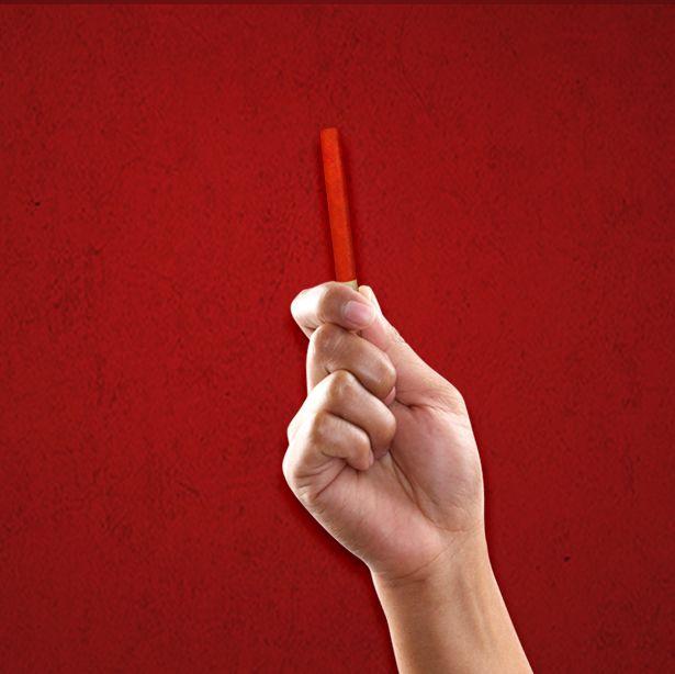 Etapa 4: Le petit bâton rouge é um bastão vermelho que serve para atestar a qualidade da pimenta colhida nas plantações de TABASCO® em Avery Island(EUA). É um bastão de madeira pintado com a exata coloração ideal de TABASCO® Red e serve de base para comparar as cores que estão nas pimentas a serem colhidas com a cor do bâton rouge. Se a pimenta está com a coloração compatível, é ideal para ser colhida e entrar em processo de produção do mais tradicional sabor de TABASCO®.