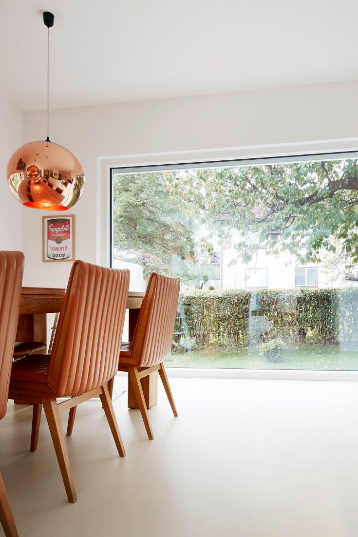 Ess- und Wohnzimmer mit großer Fensterfront  Wohnen, Gartenmöbel