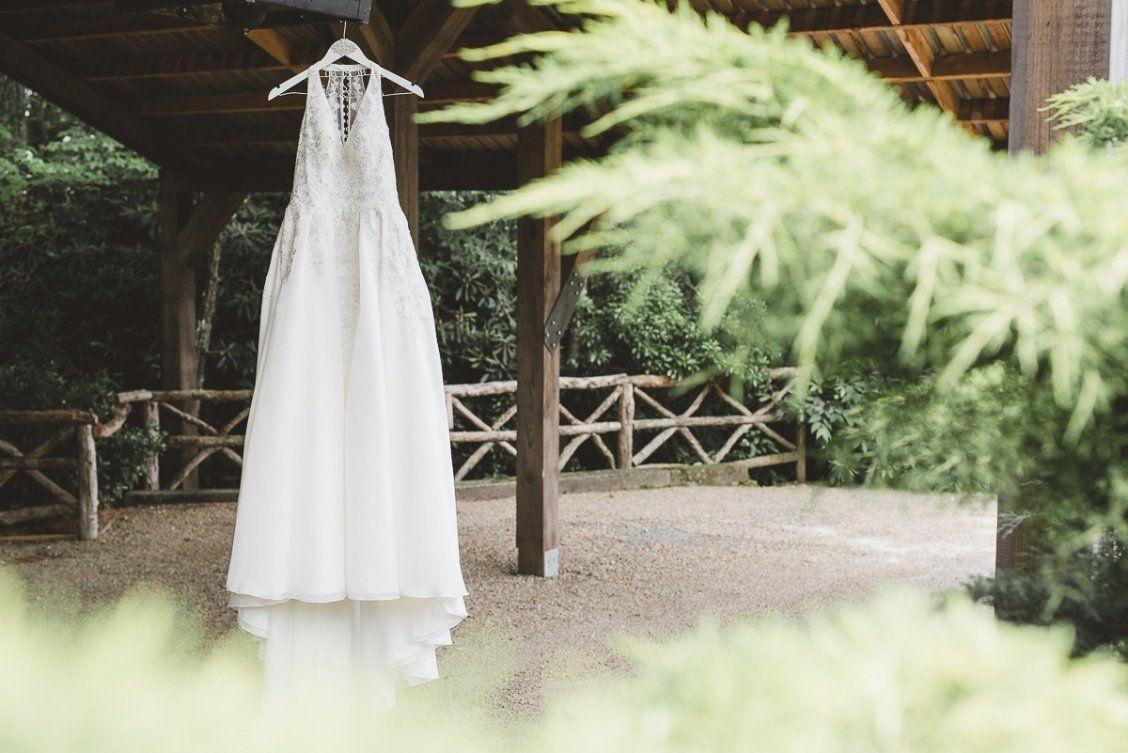 Photo of Brautkleider mit Ärmeln Nobles Sommerhochzeitskleid – V-Ausschnitt, Neckholder-Schnitt, eine Linie {Beautiful Life Films & Photography}