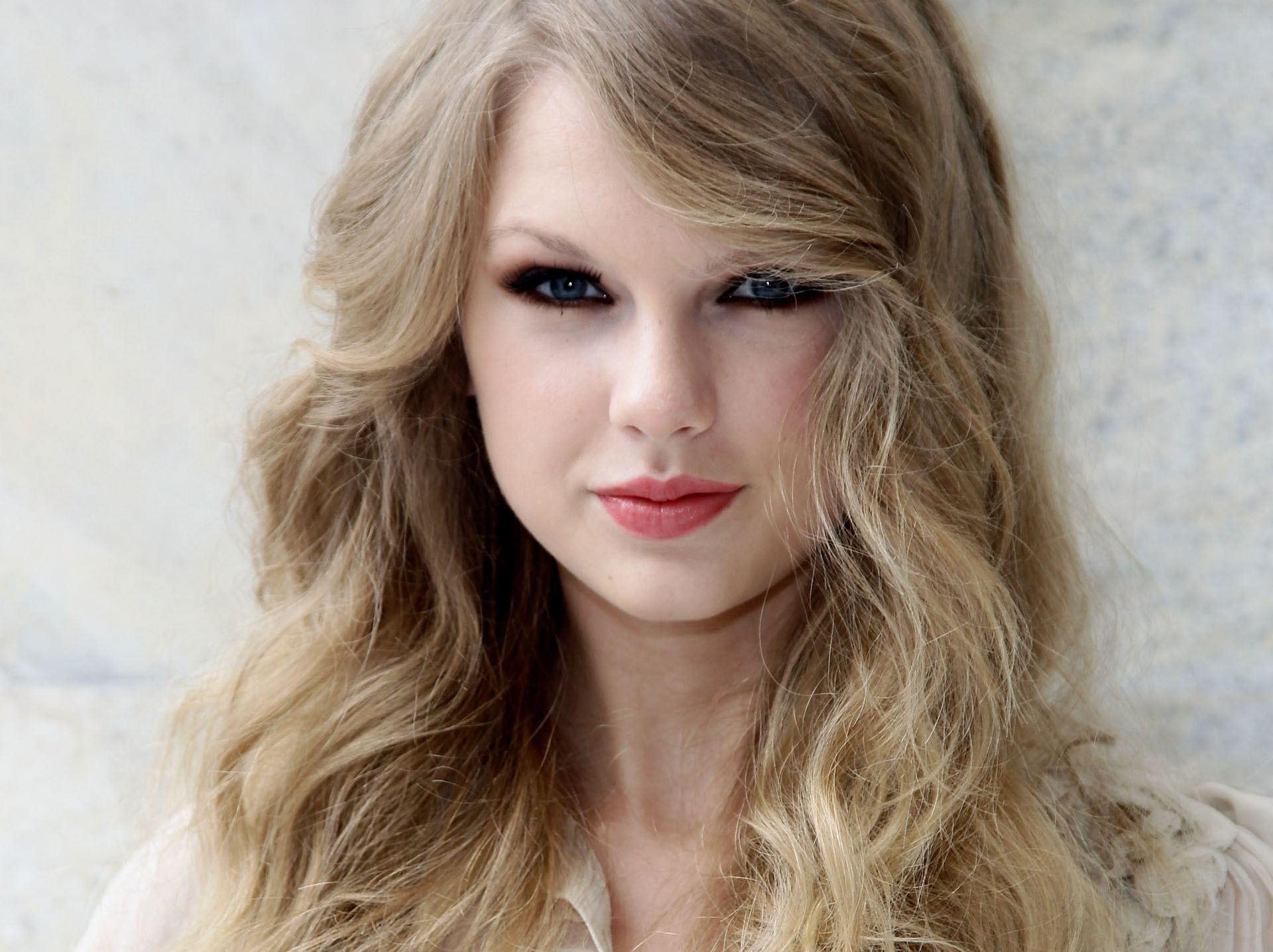 Taylor Swift Killer Smile Lips and Doll Look