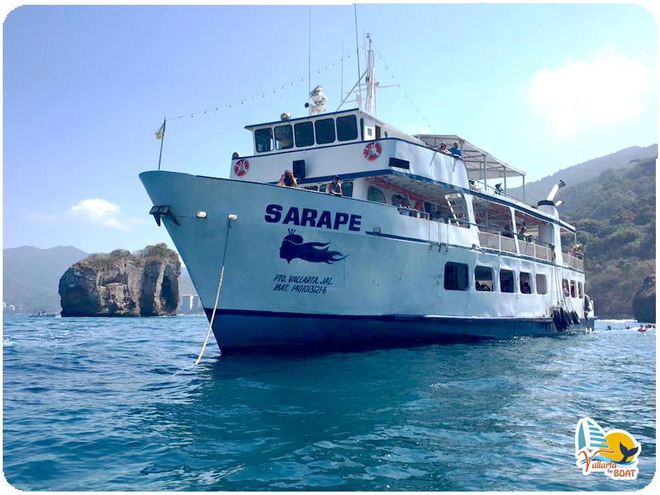 Nuestra embarcación Sarape desembarcando para el snorkel en Los Arcos de Mismaloya :D