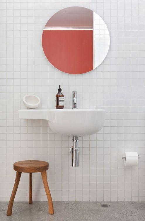 azulejos e pia brancos + banquinho de madeira + espelho redondo #decor #banheiro #bathroom