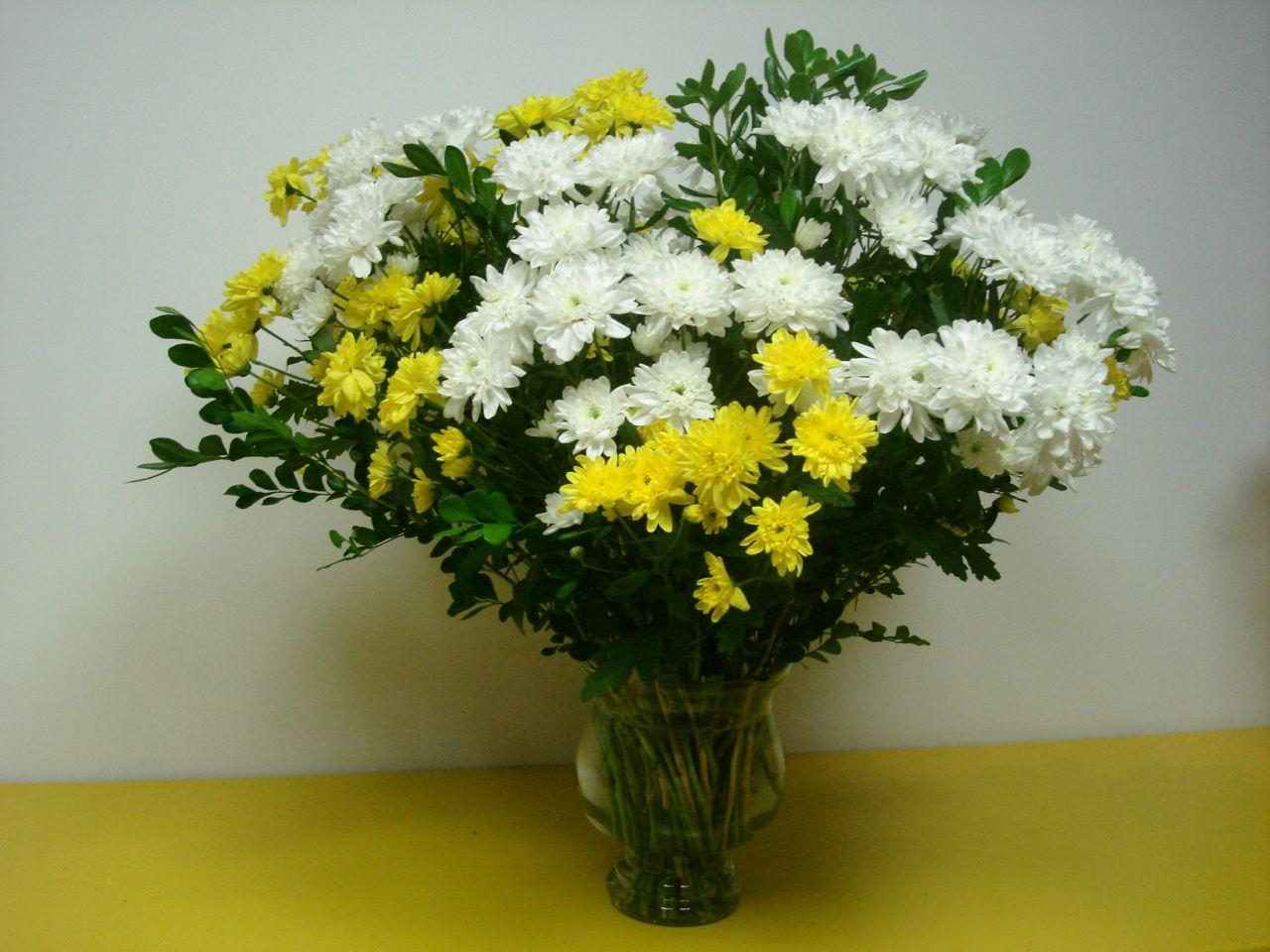 162 Lindo Arranjo Com Crisantemos Brancos Amarelos E Folhagens