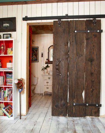 Modern barn doors an easy solution to awkward entries for Puertas de madera rusticas interiores precios