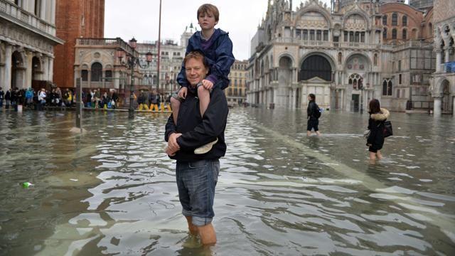 Venezia, l'acqua sommerge Piazza San Marco