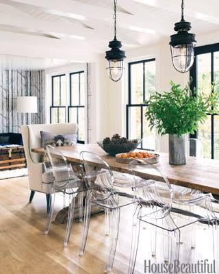 salle à manger / chaises transparentes / table bois / parquet ...