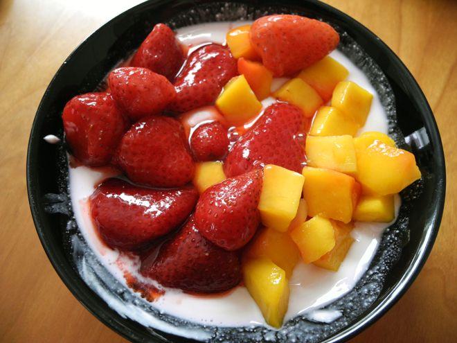 Mager kesam med jordbær og mango.