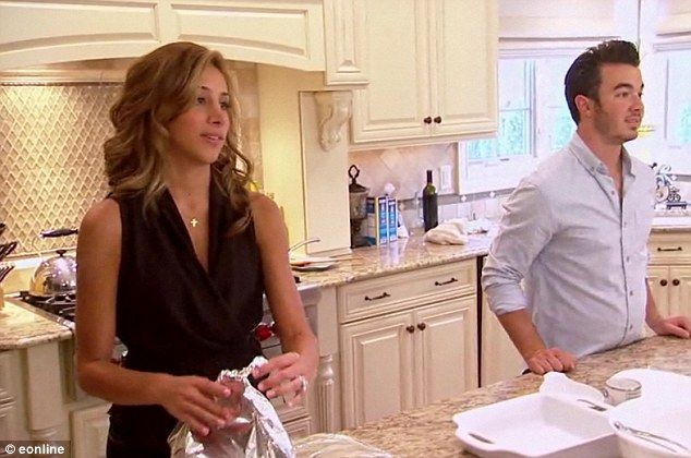Kevin Jonas S Wife Danielle Desperately Tries To Win Over Her Mother In Law In Couple S New Reality Series Kevin Jonas Wife Jonas Kevin