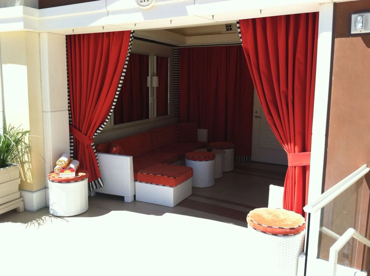 Encore Beach Club The Most Lavish Of Wynn S Pool Experiences 26 Cabanas Come With Flat Screen Tvs Stocked Refrigerators