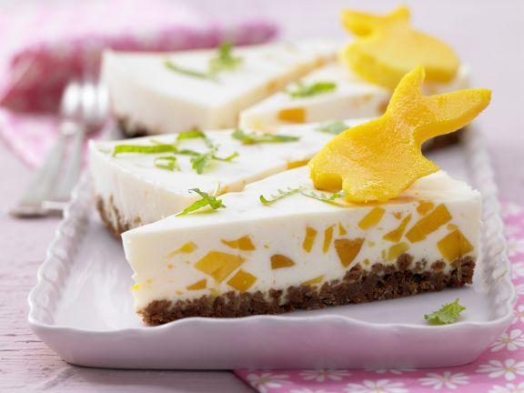 """Auf der Frischkäsetorte """"Osterwiese"""" tummeln sich süße Häschen aus Mango. Und wie bei EAT SMARTER nicht anders zu erwarten: Wenig Fett ist Ehrensache!"""