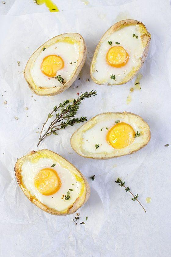 Zutaten für 2 Portionen 2 sehr große Kartoffeln 4 kleine Bio-Eier aus Freilandhaltung 2 EL zimmerwarme Butter 1-2 EL frische Kräuter z.B. Thymian je 1 Prise Salz und Pfeffer  Zubereitung Die ...