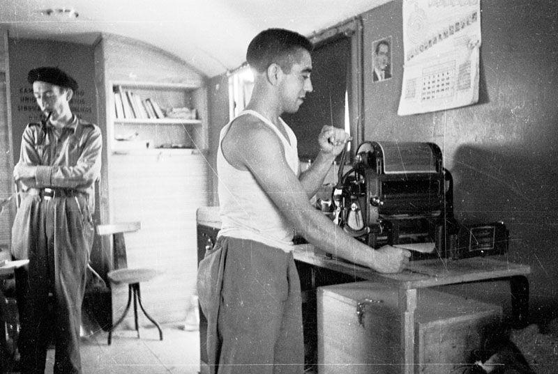Spain - 1937. - GC - Interior de un camión de propaganda. En primer plano un soldado trabaja con una multicopista.