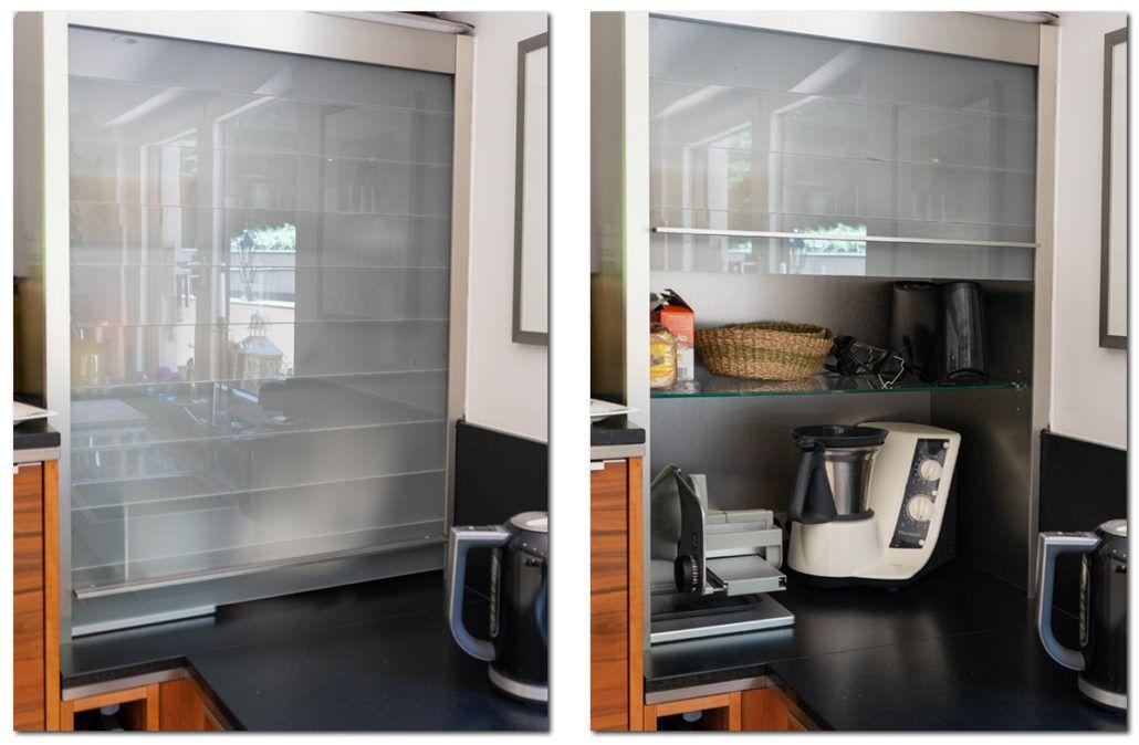 Praktischer Aufsatzrollladenschrank in einer modernen Küche mit - naturstein arbeitsplatte küche