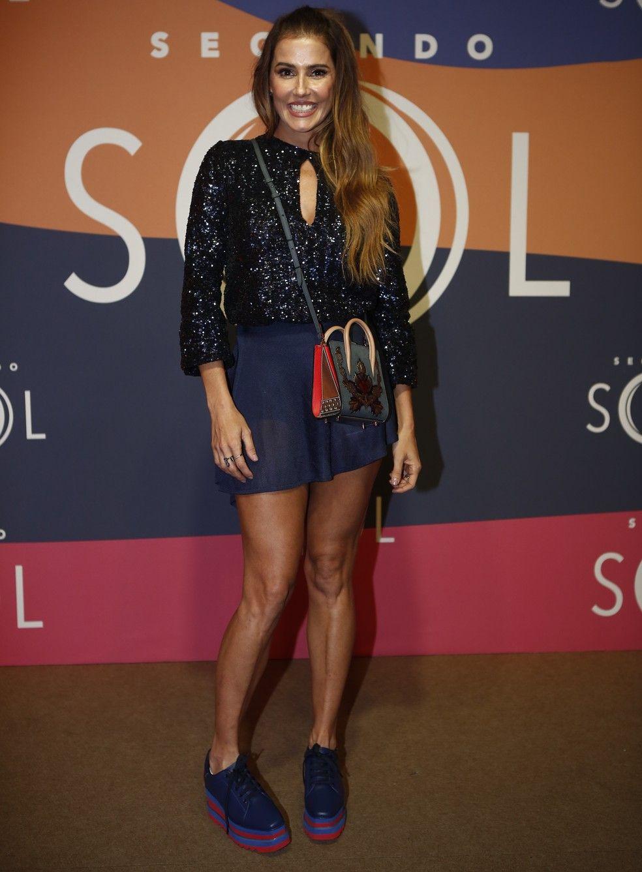 b70ec7bc5 ... Moda de Rede Globo. Deborah Secco aposta em blusa com brilho e preza  pelo conforto dos tênis (Foto: