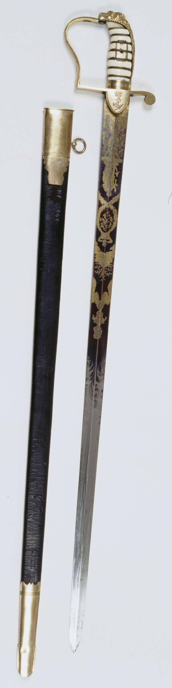 """Sword Cutler Brunn   Eresabel met schede van de vice-admiraal Th. F. van Capellen, Sword Cutler Brunn, c. 1805   Engelse officierssabel voor mariniers, model """"stirrup hilt"""", uit circa 1805 (British Commissioned Naval Officers Sword). Gevest: Leeuwegevest van koper met ivoren greep omwoeld met koperdraad. In het midden een schild met gekroond wapen. Voorbeugel en halve pareerstang met daaraan twee schildjes met een gegraveerd gekroond anker. De kling is tweesnijdend. Gedamasceerd in blauw en…"""