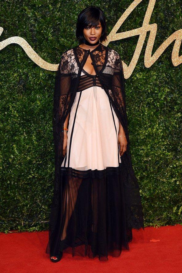 Naomi Campbell usando Burberry – e de cabelo novo!