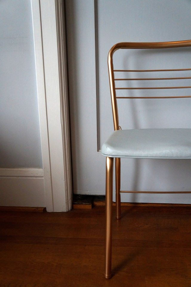 Need more seating for those {many} holiday parties your planning/attending? Check out The (Re)Purpose Project for tips and inspiration on upcycling those old folding chairs!