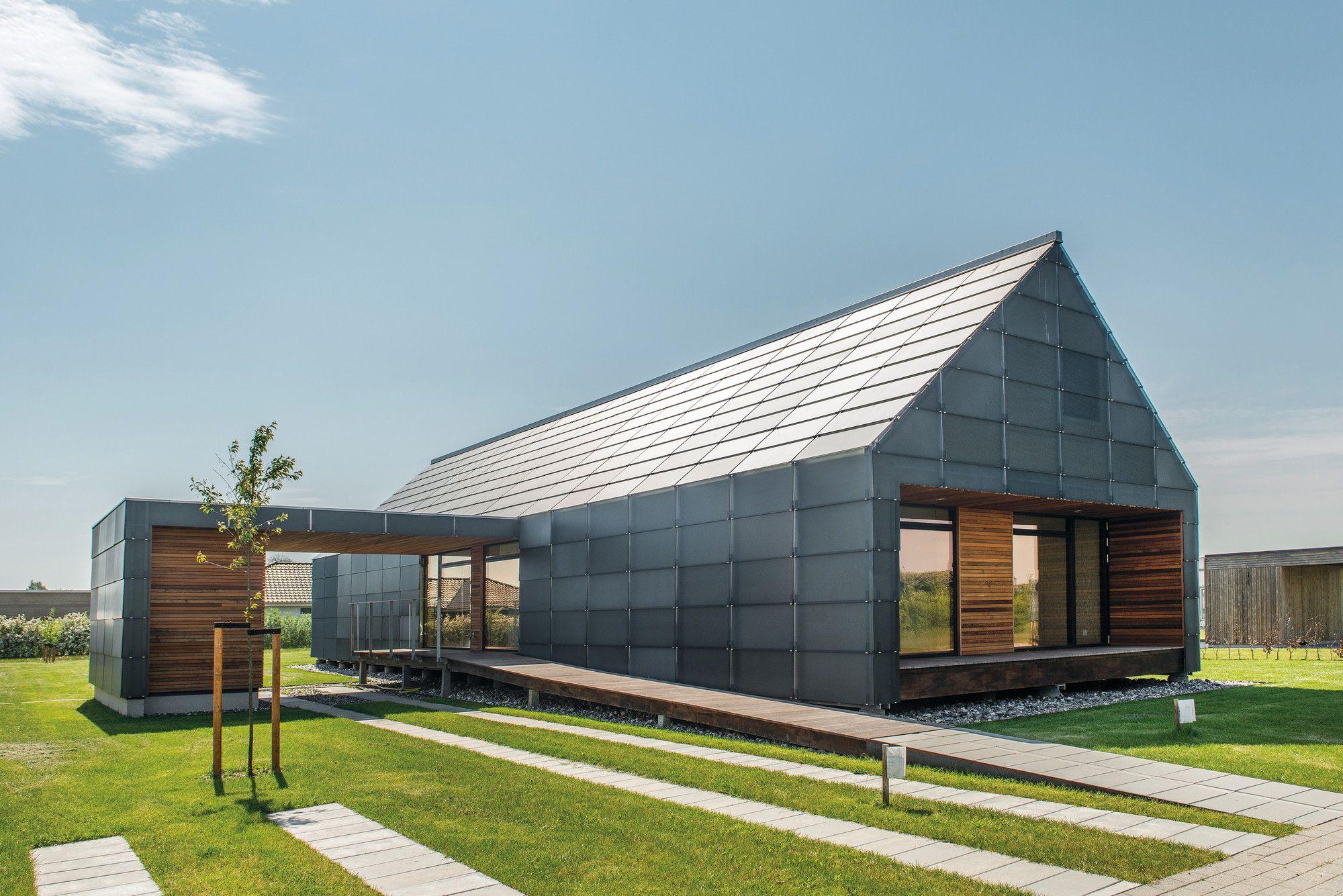 Construido por Arkitema Architects en Nyborg, Denmark con fecha 2013. Imagenes por Helene Høyer Mikkelsen. La Casa de LibreMantenimiento (Nueva Materiales) es parte de un gran proyecto de desarrollo: Las Casas MiniCO2. El p...