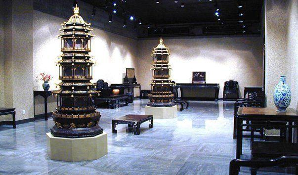 Китайский музей красного сандалового дерева, Пекин  Китайский музей красного сандалового дерева является первым и самым большим частным музеем страны, специализирующимся на сборе, исследовании и демонстрации произведений искусства, сделанных из сандалового дерева. Он был создан к пятидесятилетию со дня образования КНР и принадлежит госпоже Chan Lai Wah. Здание музея построено в традиционном китайском стиле.  Выставочный зал музея занимает площадь 10.000 квадратных метров. Его экспозицию…