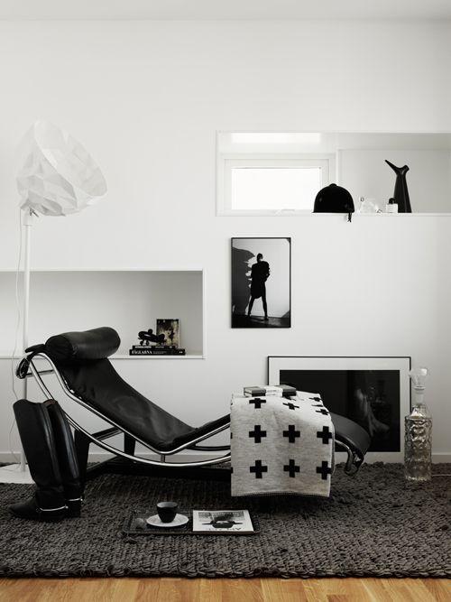 Déco noir blanc avec la chaise longue lc4 en cuir black white