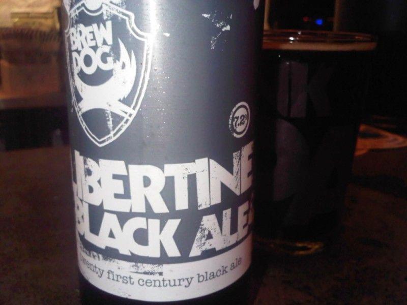Cerveja BrewDog Libertine Black Ale, estilo Black IPA, produzida por BrewDog, Escócia. 7.2% ABV de álcool.