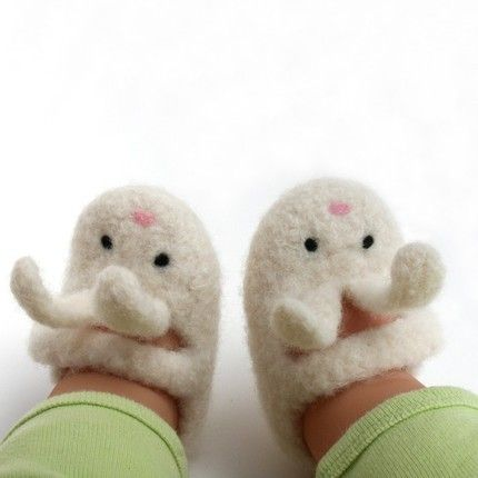 This listing is for one pair of 0-3 months size (about 3 ½ inches inside) Little Bunny Shoe-Shoe Baby Booties.     These baby booties are knitted with