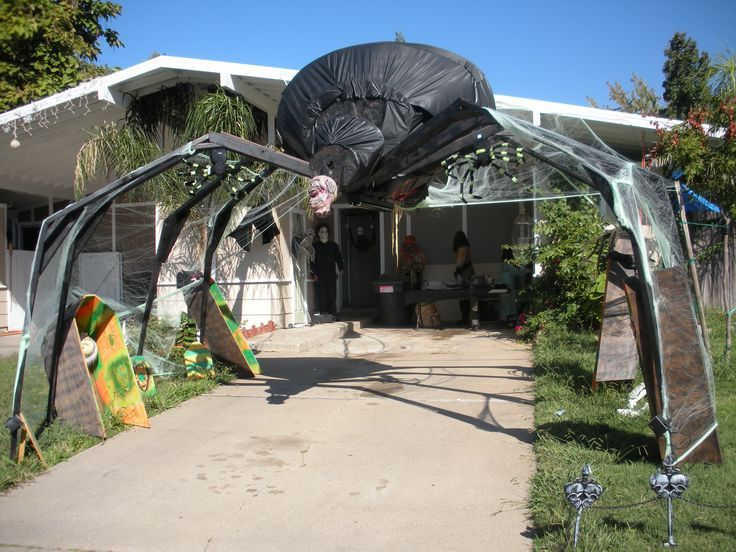 40 Easy and Creative Outdoor Halloween Ideas Halloween yard - giant spider halloween decoration