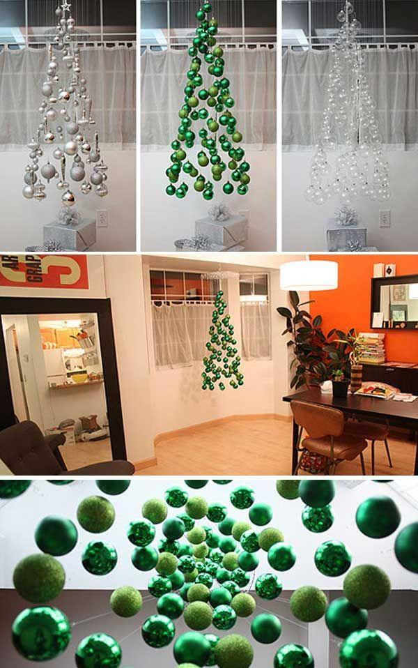 Árbol de Navidad móvil que consiste en adornos de bulbo suspendidos - objetos navideos