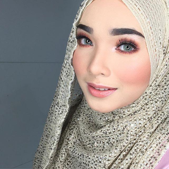 Tonight makeup for @syahirah.marican 💋😘😍 sorry sis ika makeup sambil bercakap 😂😂 . #blushbysyafiqah #reception #makeupbysyafiqah #makeupartistkl #muakl #mua #makeuptunang #makeupnikah #makeupkahwin #studiomakeup #eventmakeup #nars #narsmalaysia #sayajualservice #makeupservice #hijab #hijabista #hijabmodel  #muslimah #mac #urbandecay #realtechnique #inglot #nafura #macmalaysia #reception #solemnization #engagement #hudabeauty