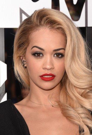 De zangeres kiest voor klassieke Hollywood Glamour met rode lippen en blonde krullen.: