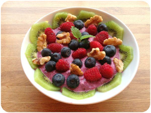 Mager kesam, cottagecheese, sukkerfriblåbærsylte rørt sammen - toppa med blåbær, bringebær, kiwi og valnøtter. (Linda Stuhaug)