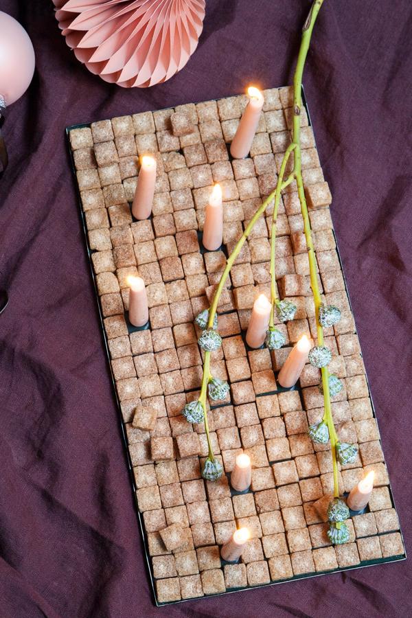 8c71f58f Utraditionel adventskrans med sukkerknalder, lys og blomster i et fad. //  Christmas decoration made with sugar. #feminadk #christmas  #christmasdecorations ...