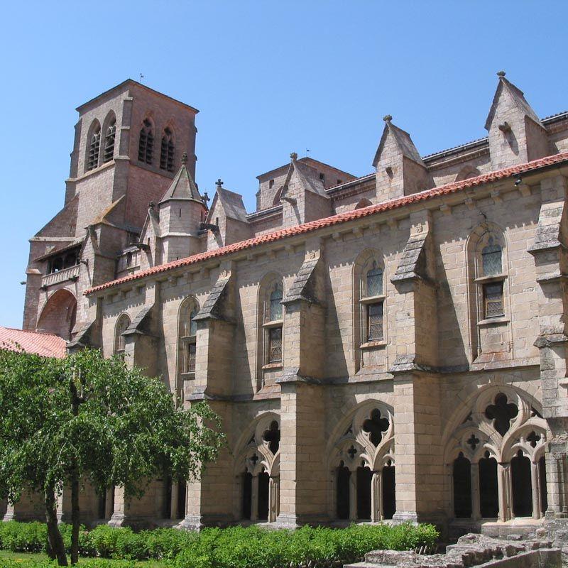 L Imposante Abbatiale De La Chaise Dieu Rappelle L Importance Passee De Cette Abbaye Fondee En 1043 Elle Devient Tr La Chaise Dieu Bourgogne Tourisme Abbaye