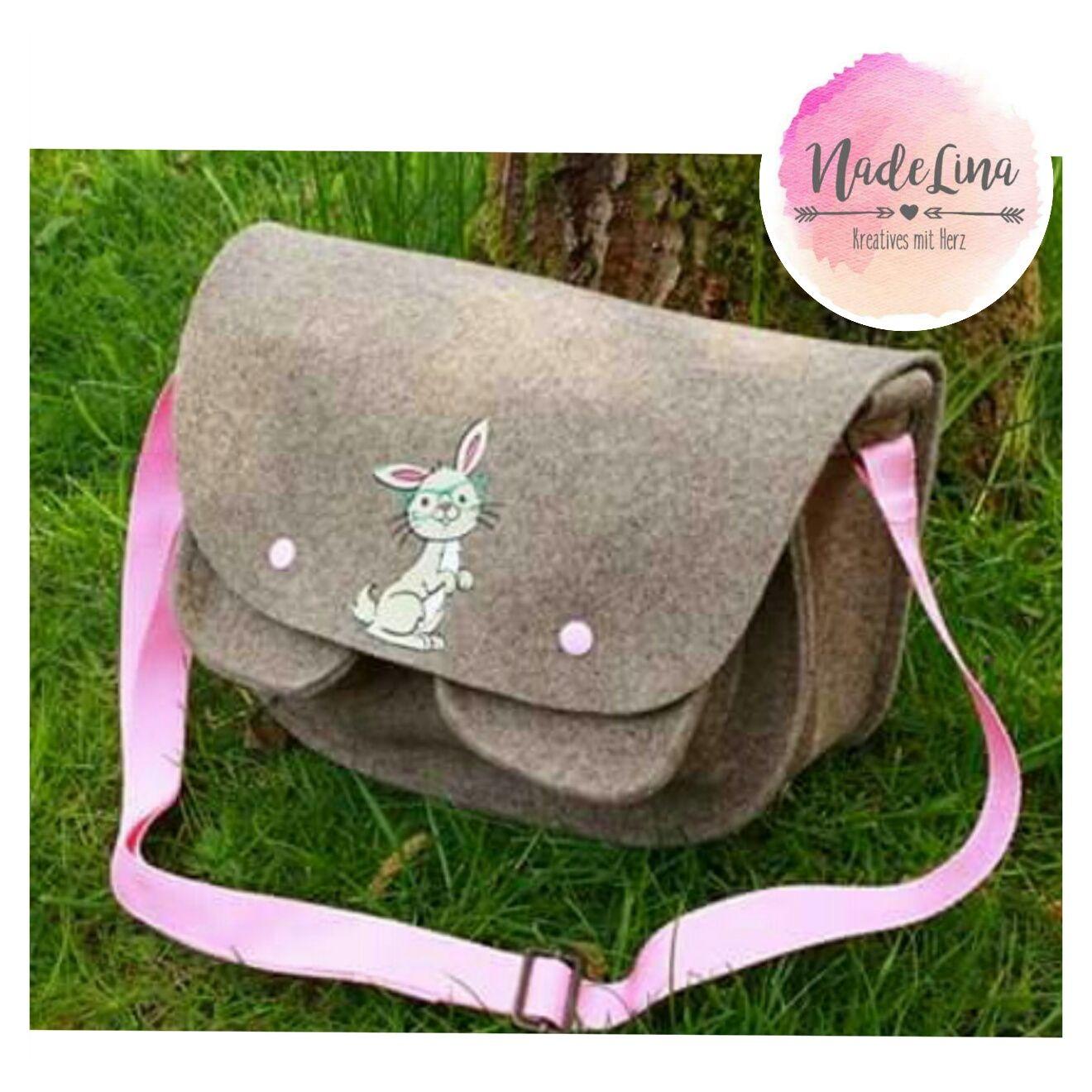 Alina von NadeLina hat mit ein paar super schöne Fotos geschickt, sie hat ein Mialana E-Book gewonnen und damit diese süße Tasche gezaubert!!!!  Ihr findet ihre Sachen hier: https://www.facebook.com/pages/NadeLina/485569471574240     Der süße Hase mit Brille ist eine Plotterdatei von Znapdog https://m.facebook.com/Znapdog/