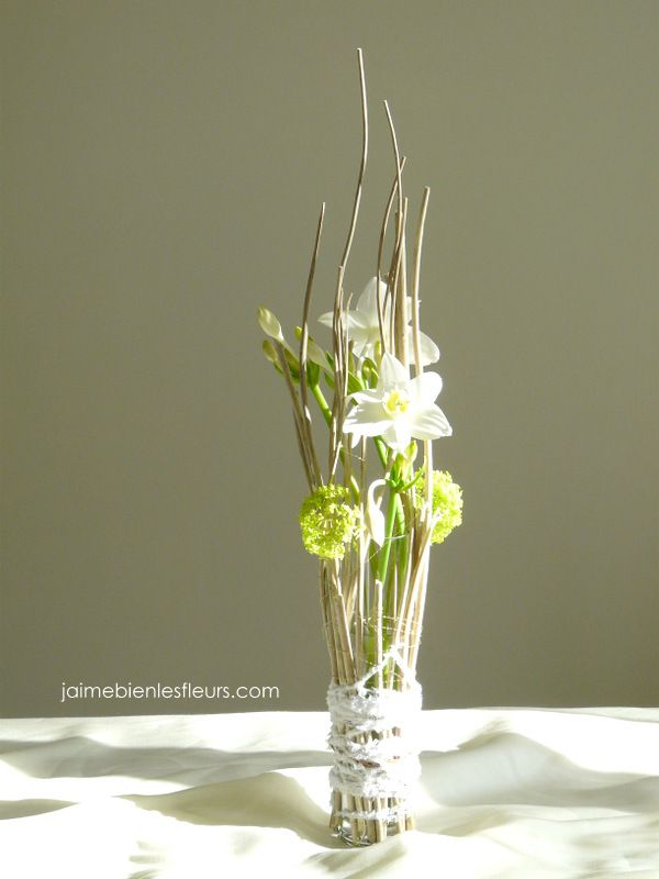 Vase d 39 hiver eucharis bois viburnum laine deco Composition florale exterieur hiver
